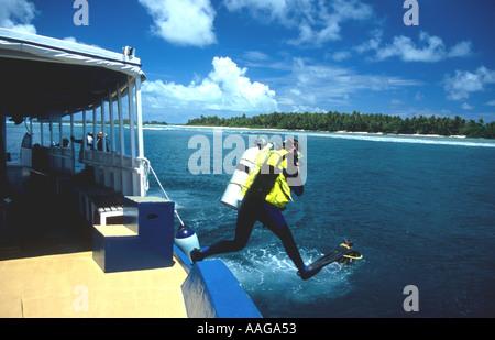 Taucher, die großen Schritt Eintrag von lokalen Dhoni-Ari-Atoll Malediven - Stockfoto