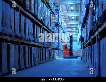 Gabelstapler im Lager durch Blinken - Stockfoto