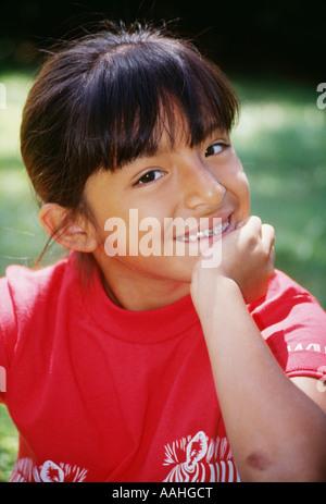 Happy Hispanic asiatischen 7-9 jährige lächelnd Portrait das Tragen von Zahnspangen Zähne closeup multikulturellen - Stockfoto