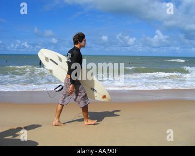 Junge brasilianische Surfer auf Praia tun Strand von Ponta Negra in Natal, Brasilien - Stockfoto