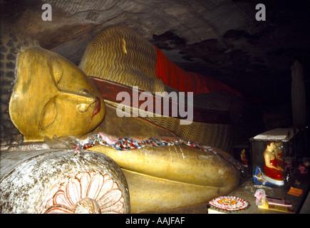 Ein liegender Buddha in einer Höhle Tempel auf dem Gelände des Sasseruwa Buddha im Norden Sri Lankas - Stockfoto