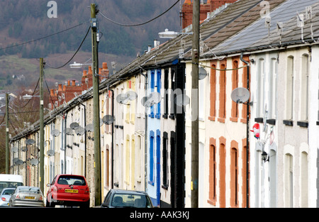 Traditionelle Reihenhaus wohnen auf Straße in Treorchy Rhondda Valley South Wales UK GB EU - Stockfoto
