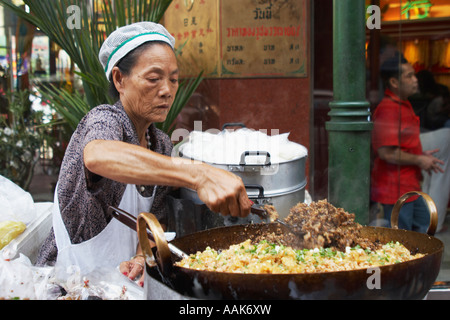 Kochen im Wok Straßenrand Frau - Stockfoto
