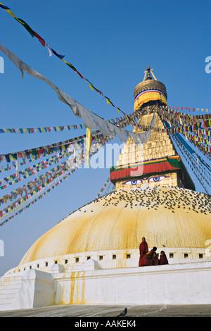 Novizen spielen auf der tibetisch-buddhistischen Stupa Bhouda bei Bodhnath Kathmandu-Nepal - Stockfoto