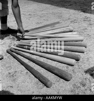 1950ER JAHREN BASEBALL-SPIELER, DIE AUSWAHL AUS EINER VIELZAHL VON FLEDERMÄUSEN - Stockfoto