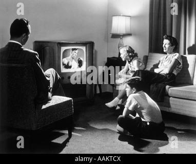 1950ER JAHRE FAMILIE IM WOHNZIMMER FERNSEHEN - Stockfoto
