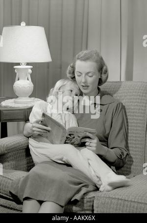 1940S 1950S MUTTER LESUNG GUTENACHTGESCHICHTE TOCHTER - Stockfoto