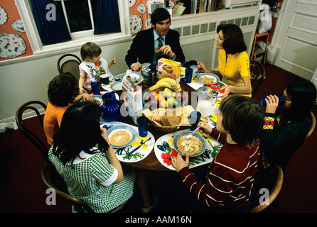 1970S 1980S GROßE FAMILIE RUND UM DEN FRÜHSTÜCKSTISCH - Stockfoto