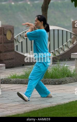 Chinesische Frau Praktiken Tai Chi in einem Stadtpark entlang der Jin Fluss Chengdu China in der Provinz Sichuan - Stockfoto