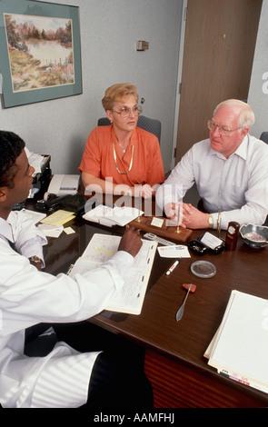 Älteres paar berät Arzt im Büro besuchen