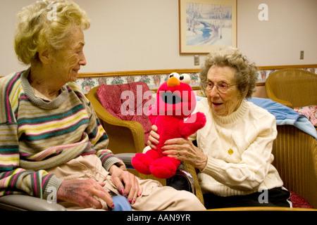 Schwestern Alter 90 im Pflegeheim Elmo spielerisch zu genießen. Minnesota Masonic Home Bloomington Minnesota USA - Stockfoto