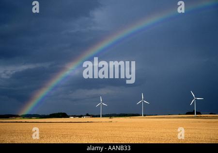 Dänemark drei Wind angetriebene Generatoren und ein Regenbogen - Stockfoto