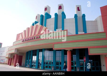 Außen ein Regal Kinos 20-Kino.  Brooklyn Center Minnesota USA - Stockfoto