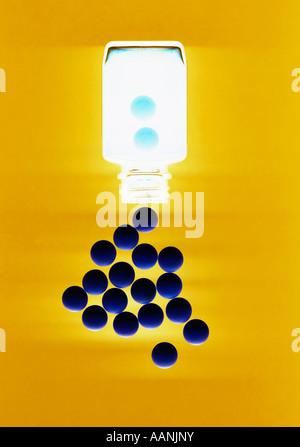 Blaue Pillen fallen von Flasche auf gelbem Hintergrund - Stockfoto
