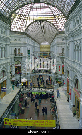 Shopping im Kaufhaus GUM Roter Platz Moskau Russland - Stockfoto