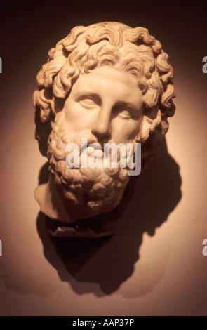 Asklepios (griechisch Gott des Heilens) Marmorkopf (c 325-300 v. Chr.) von Melos, Griechenland ist von einem kolossalen - Stockfoto