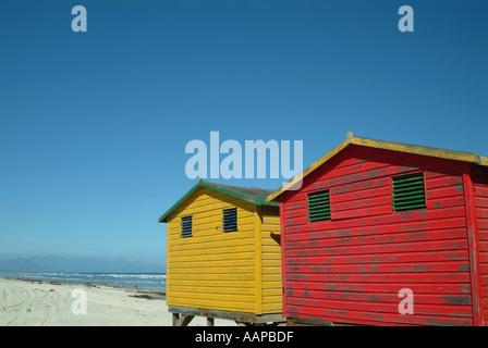 Muizenberg Strandhütten direkt am Wasser. Cape Town, Südafrika - Stockfoto