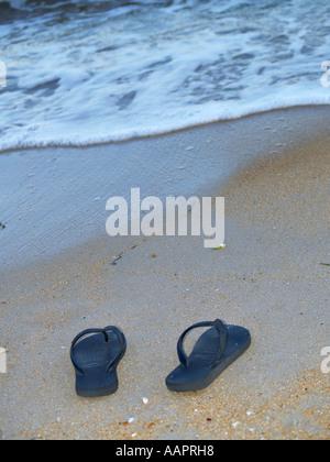 Flip Flops am Strand - Stockfoto