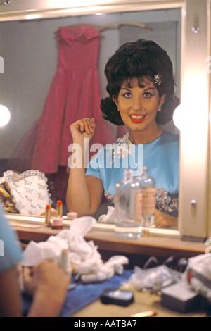 Alma Cogan Sängerin in ihrer Garderobe im BBC Fernsehen Theater Ende 1962 PER0050 - Stockfoto