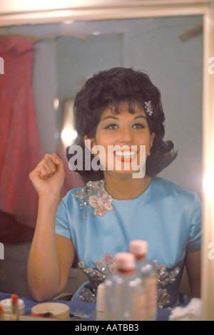 Alma Cogan Sängerin in ihrer Garderobe im BBC Fernsehen Theater Ende 1962 PER0052 - Stockfoto