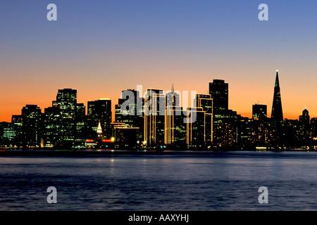 San Francisco Wolkenkratzer und Skyline von Downtown und die San Francisco Bay und Embarcadero - Stockfoto