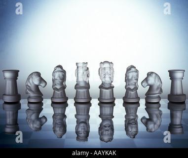 transparent, aufgereiht auf Glas Schachbrett Schachfiguren - Stockfoto