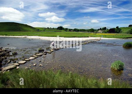 Überquerung eines Flusses unter Verwendung des Sprungbretts während des Gehens des Yorkshire Dales Weg, UK - Stockfoto
