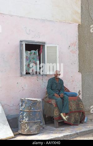 Ägyptischen Mann, sitzend am Tisch mit Teppich drauf Altstadt Ed Dahar Region Hurghada - Stockfoto