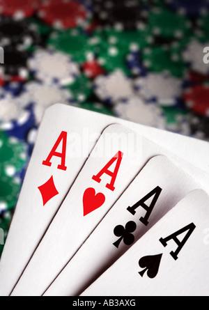 Asse und Casino-Chips im Hintergrund - Stockfoto