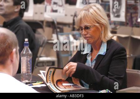 Britt Eckland Unterzeichnung Autogramme Erinnerungsstücke NEC 26. und 27. Juli 2003 - Stockfoto
