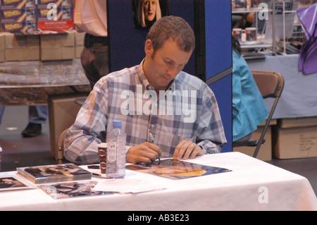 Chris Barrie von BBC TV Red Dwarf und The Brittas Empire Autogramme Erinnerungsstücke NEC 26. und 27. Juli 2003 - Stockfoto