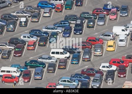 Luftaufnahme von Kraftfahrzeugen in PKW-Parkplatz Gibraltar - Stockfoto