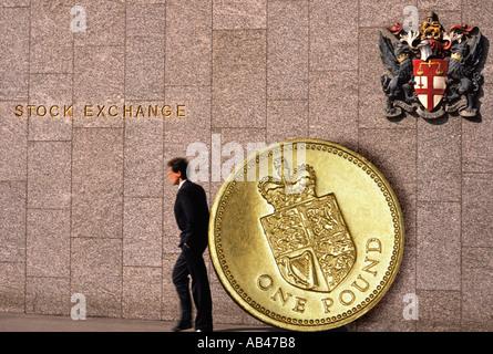 Der London Stock Exchange mit Geschäftsmann und Pfund-Münze - Stockfoto