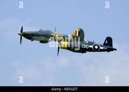 Eine enge Flug Formation von einer Royal Navy Sea Hurricane und eine Corsair - Stockfoto
