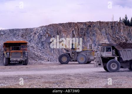 Front End Loader laden 100-Tonnen-Mining Muldenkippern an Open Pit Kalkstein Steinbruch Grube auf Texada Island - Stockfoto