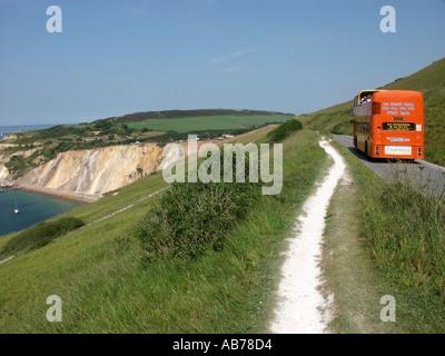 Isle Of Wight offenen Top-Tour-Bus unterwegs mit Blick auf Alaun-Bucht - Stockfoto