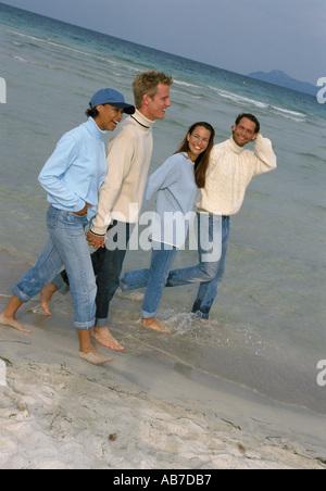 Zwei Paare am Strand - Stockfoto