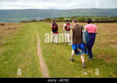 Geführte walking-Gruppe auf Fußweg in der offenen Landschaft in der Nähe von Abergavenny Monmouthshire South Wales - Stockfoto