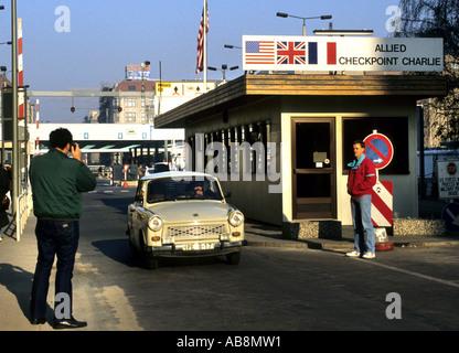 Checkpoint Charlie C Berliner Mauer Grenzübergang Punkt Ost Berlin - West Berlin während des Kalten Krieges 1989 - Stockfoto