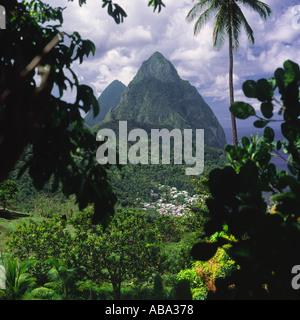 Ansicht, umrahmt von Bäumen Palmen über Soufrière Stadt mit Petit Piton im Hintergrund St. Lucia Karibik - Stockfoto