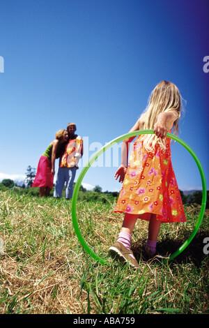 Mädchen mit einem Kunststoff Reifen - Stockfoto