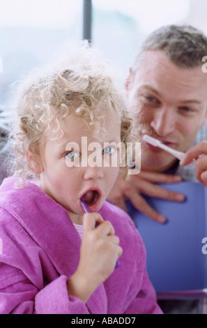 Vater und Tochter, die Zähne zu putzen - Stockfoto