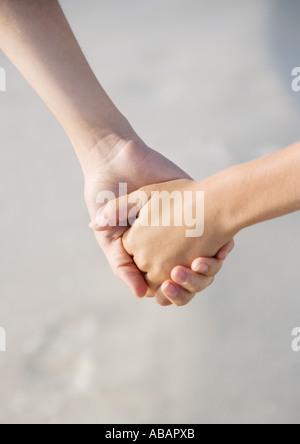 Hand in Hand mit älteren Geschwister Kind - Stockfoto