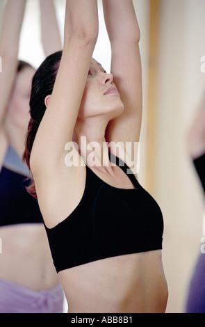 Frau praktizieren yoga - Stockfoto