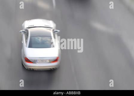 Silber Mercedes Daimler Benz Auto in Bewegung läuft auch schnell high-Speed-Beschleunigung - Stockfoto