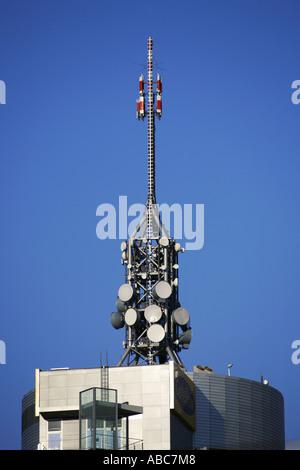 Handy-Sender Antennenmast auf dem Dach - Stockfoto