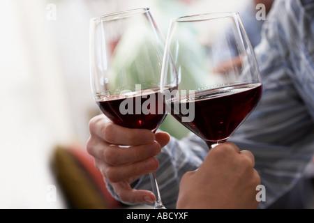 Paar, toasten mit Rotwein - Stockfoto