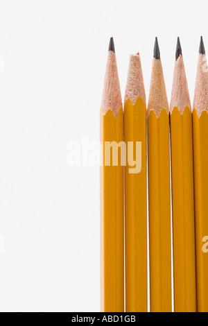 Eine gebrochene Bleistift unter scharfen Bleistifte - Stockfoto