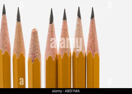 Gebrochene Bleistift unter scharfen Bleistifte - Stockfoto