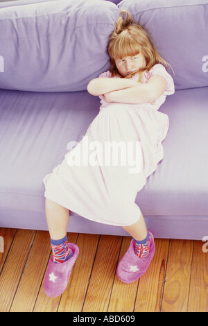 Mädchen, die schmollend auf sofa - Stockfoto